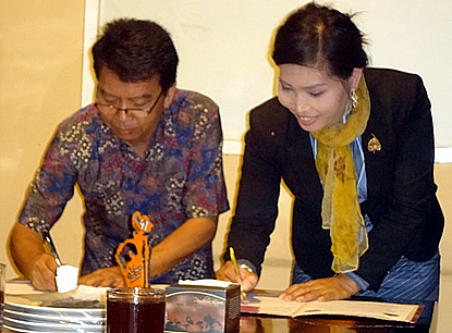UNITRI Rector Prof. Dr. Utomo and UBB Rector Ms. Sieng Emtotim sign their MOU