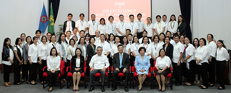 In a souvenir photo with the SEARCA staff are (all seated) H. E. Pham Vu Luan (third from right) with Dr. Saguiguit (third from left); Dr. Tinsiri Siribodhi (second from left), SEAMEO Secretariat Deputy Director (Administration and Communication); Dr. Virginia R. Cardenas (second from right), SEARCA Deputy Director for Administration; Dr. Maria Cristeta N. Cuaresma (rightmost), SEARCA Program Head for Graduate Education and Institutional Development; and Dr. Bessie M. Burgos (leftmost), SEARCA Acting Program Head for Research and Development.