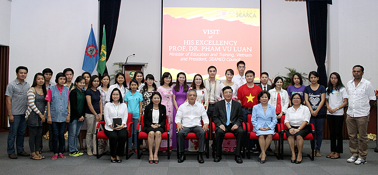 The SEARCA scholars studying at the UPLB with the officials of SEAMEO and SEARCA (seated) and Mr. Nguyen Dang Khue (standing, sixth from right), interpreter of H.E. Pham Vu Luan.