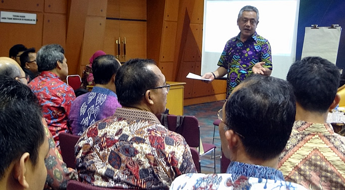 Dr. Gil C. Saguiguit, Jr., SEARCA Director, leads discussion on TVET as a priority area with Indonesian MOEC representatives. Aside from SEARCA, BIOTROP and VOCTECH were the SEAMEO centers in this sub-group for the center directors' workshop.