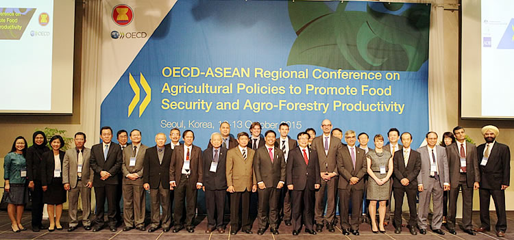 The delegates of the OECD-ASEAN [i]Regional Conference on Agricultural Policies to Promote Food Security and Agro-forestry Productivity.[/i]
