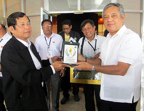 Union Minister for Agriculture and Irrigation Myint Hlaing (left) presents a plaque to SEARCA Director Gil C. Saguiguit, Jr. as token of appreciation for the work that SEARCA has done for his country's agricultural development.