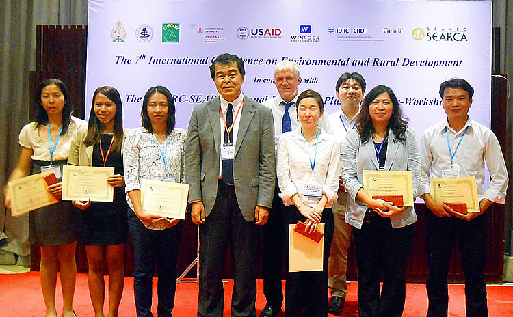 "IDRC-SEARCA alumni, Ms. Sreyneang Chheun (second from left) and Mr. Bouavonh Biachampah (rightmost), receive ""Excellent Paper Award."""